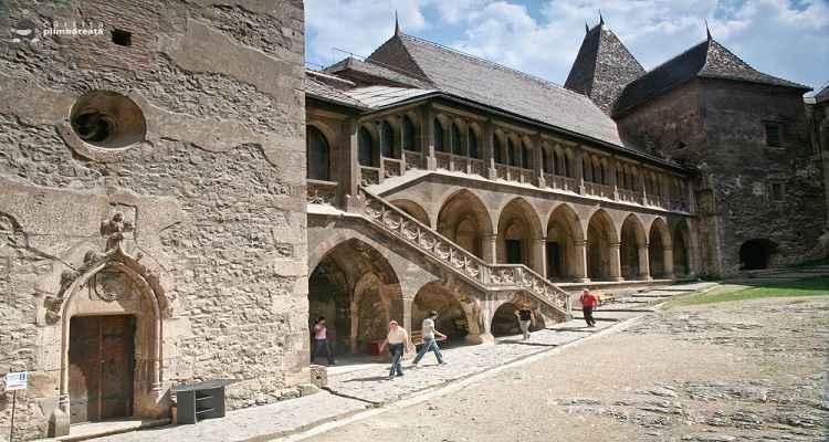 In curtea castelului Corvinilor sau castelului Hunedoara