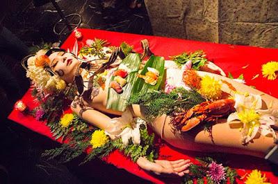 Cận cảnh bàn tiệc xa hoa trên cơ thể nude 2