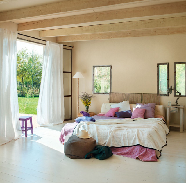 dormitor spatios cu accente violet