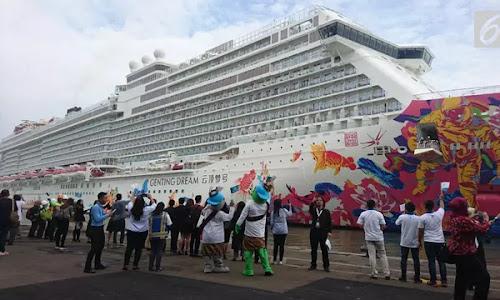 Heboh, Kapal Pesiar Mewah dari Hong Kong Berlabuh di Surabaya