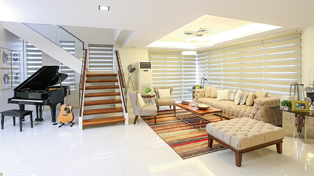 This beautiful two-story home is considered to be a blessing to actress Jennylyn Mercado when was looking for a new home to start anew. This is located in a subdivision in Quezon City, the house has a 60 square meter floor area that reminiscent of a New York City apartment.  The actress lived in this house together with his son Alex Jazz.  Her dining set can seat 10 people and she has some musical instrument on the display such as baby piano and an acoustic guitar.