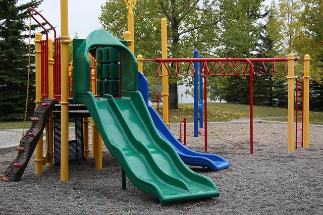 На детской площадке увидела маленькую девочку без присмотра. Она подошла к ребенку и, предлагая сладости, увела девочку к себе домой