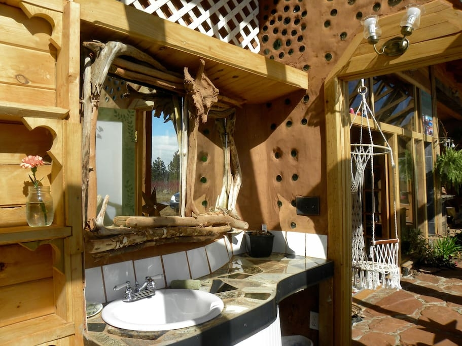 06-airbnb-Architecture-with-the-Earthship-Sustainable-Home-www-designstack-co