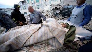 """Además, en Accumoli hay una familia de cuatro personas atrapada bajo los escombros, """"de la que no responde nadie"""", y a la que las autoridades italianas tratan de salvar, añadió Petrucci."""