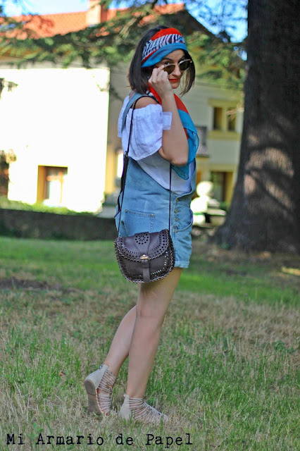 Combinar un peto denim corto con blusa escote Bardot