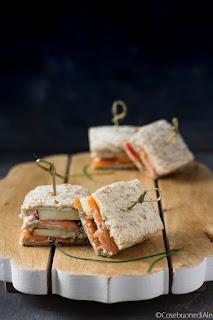 sandwich al salmone, mela, labneh e lattughino