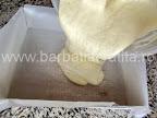Prajitura cu dulceata preparare reteta - turnam compozitia in tava tapetata cu hartie de copt