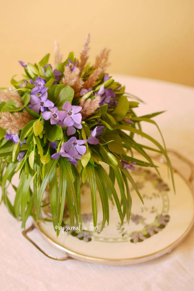 periwinkle vinca major violets spring wild flower arrangement from Transylvania, flori salbatice de primavara din Transilvania saschiu toporasi