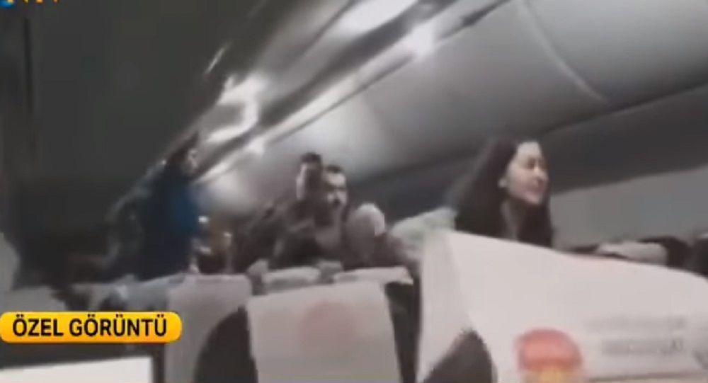 Κωνσταντινούπολη: Οι στιγμές πανικού μέσα στην καμπίνα του αεροπλάνου που κόπηκε στα τρία - Βίντεο