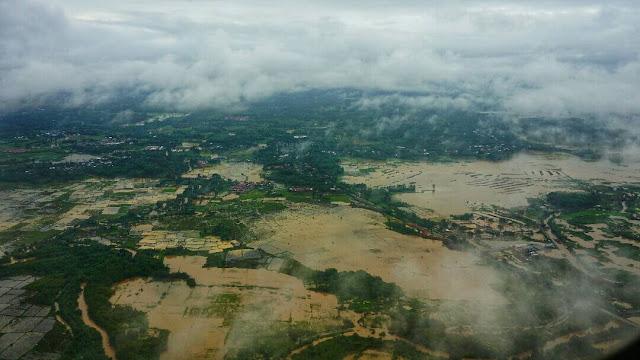 Foto Pemandangan yang diambil dari jendela pesawat pada saat mau landing