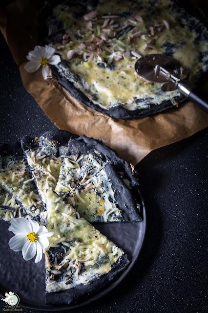 schwarze Pizza mit Mozzarella und Ricotta