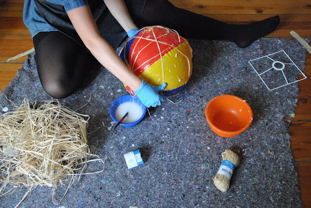 Wasserball mit Bastschnur umwickeln