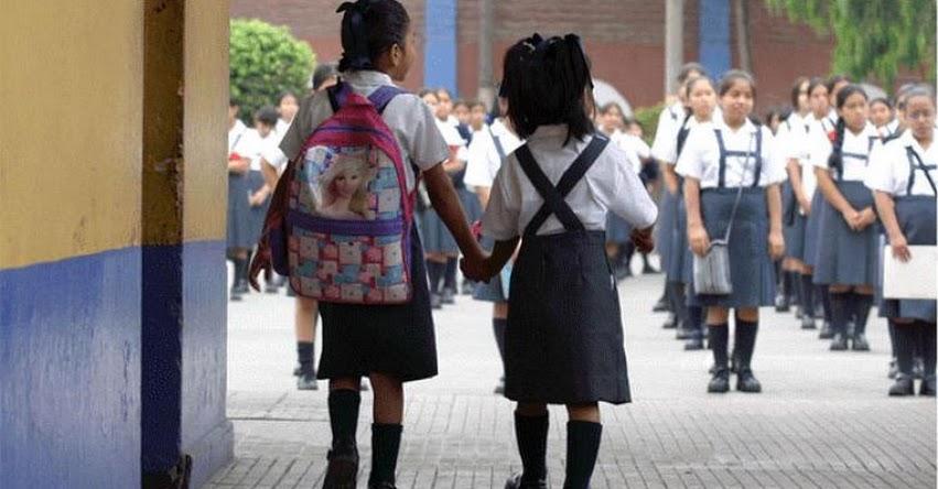 Defensoría del Pueblo propone al MINEDU que norma prohíba uso de la falda escolar