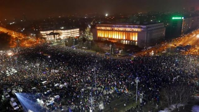 Hundreds of thousands of Romanians hold mass rally to demand resignation of government