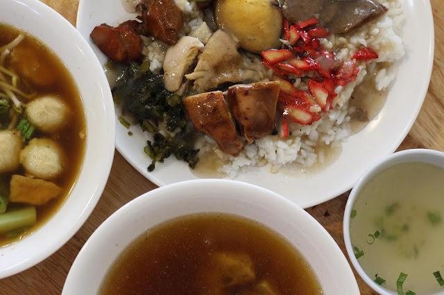 Ada sup ayam lada hitam, bakso ayam dan nasi ayam  ala OneChick