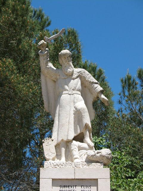 O profeta Santo Elias trucidando os falsos profetas de Baal foi uma prefigura dos Apóstolos dos Últimos Tempos. Estátua no Monte Carmelo, Terra Santa.
