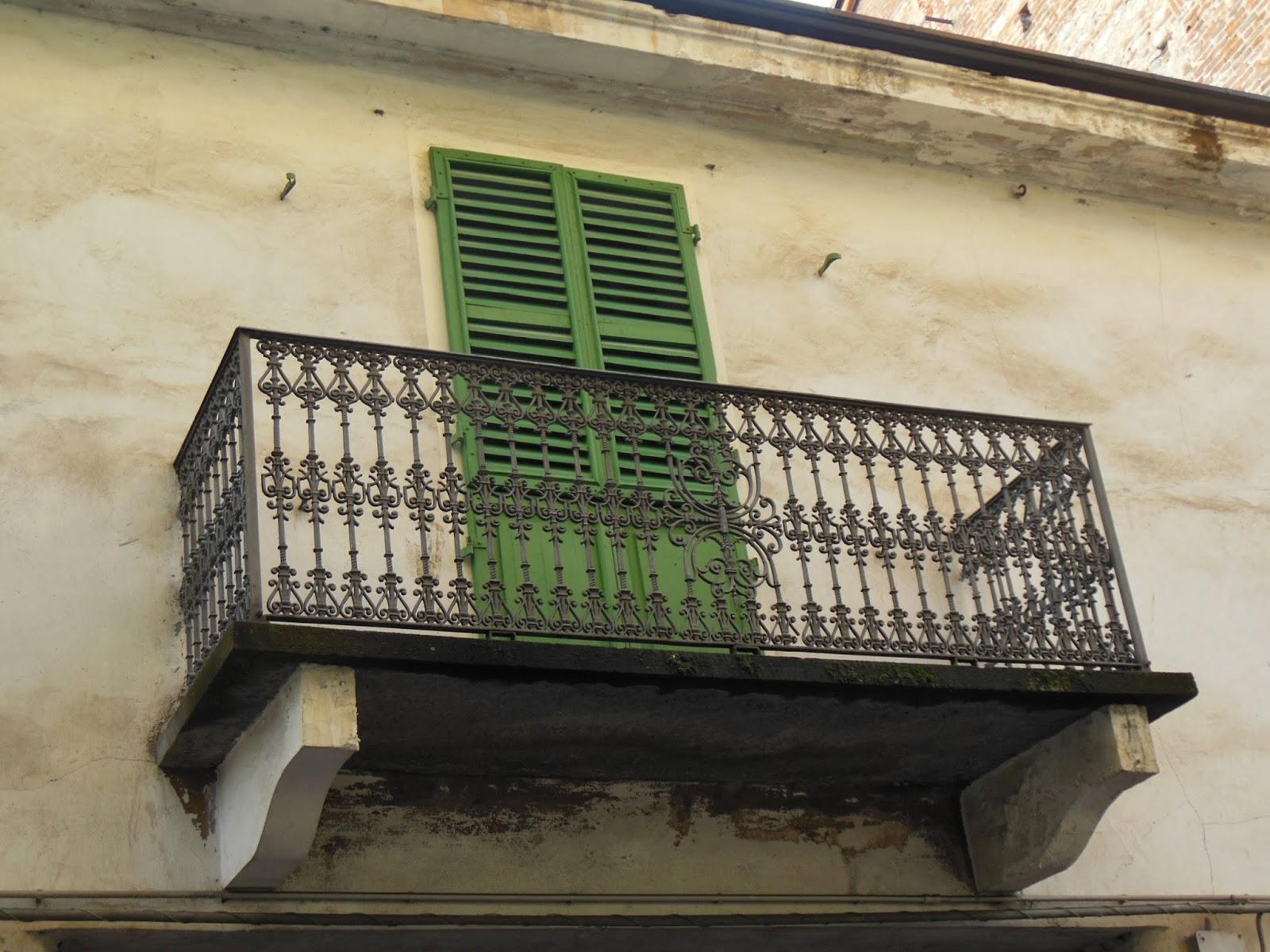 Cuneo e dintorni Antichi balconi in ferro battuto nel Centro Storico di Cuneo