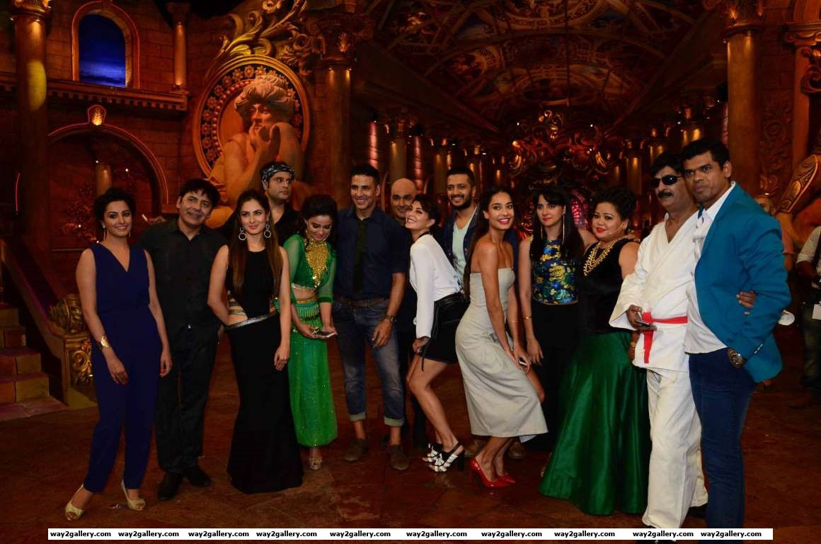 The cast of Housefull  pose with the members of TV show Comedy Nights Bachao where they went to promote their upcoming film