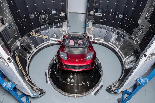 photo de la voiture Tesla décapotable a l'intérieur de heavy falcon