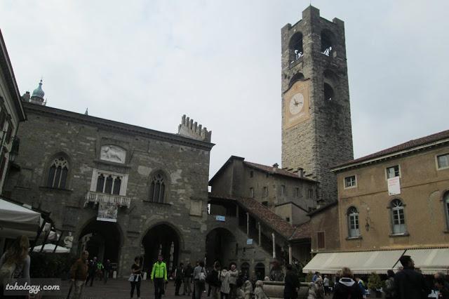 Старая площадь и башня Torre del Comune