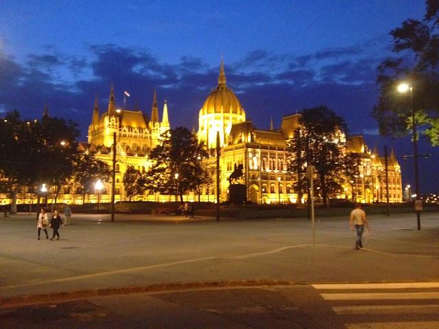 El parlamento de budapest iluminado