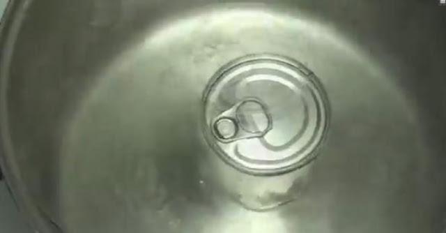 Έριξε ένα κουτί ζαχαρούχο γάλα σε βρασμένο νερό και να το αποτέλεσμα!