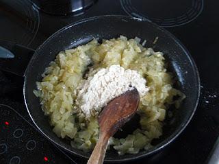 Preparación de la salsa para congrio con mejillones