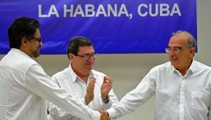 """""""Hoy podemos decir, por fin, que todo está acordado. Se cerraron las negociaciones y tenemos el texto definitivo del acuerdo final"""", dijo cargado de emoción el presidente Juan Manuel Santos en un mensaje desde Bogotá."""