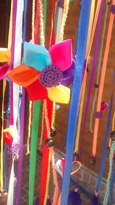 detalle de la flor confeccionada con cintas de atrapasueño