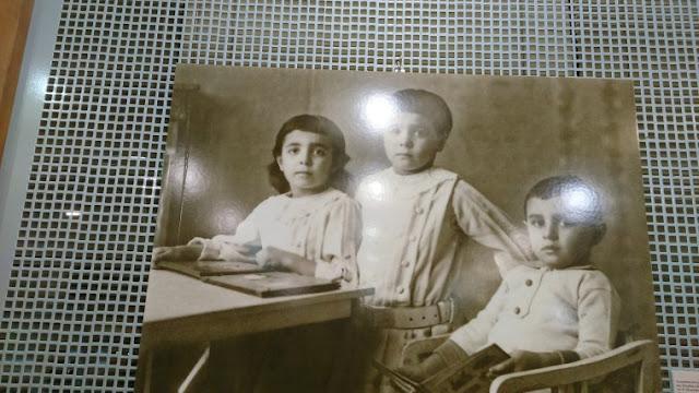 Η Σόνια Σοφία Στεφανίδου (διακρίνεται στη μέση) μαζί με τα αδέλφια της.