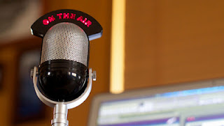 Imagen de un micrófono antiguo de radio 'On the air'