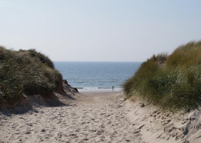 Familienurlaub im dänischen Ferienhaus: Erholsam, familienfreundlich und richtig schön! Ich nehme Euch mit in unseren Dänemark-Urlaub, den wir in einem tollen Ferienhaus von Schultz Ferienhäuser in Houstrup verbracht haben. Hier: Unser Strandaufgang.