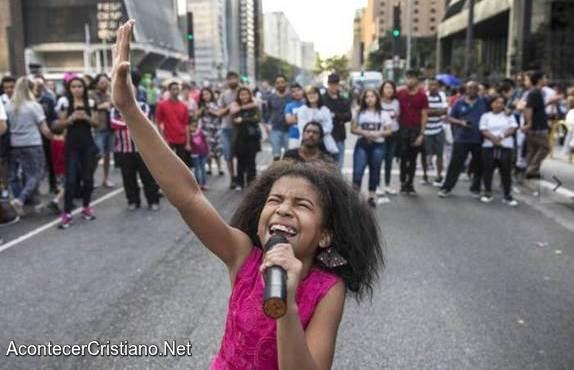 Niña predicando en las calles