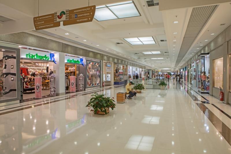 f1a209012 O Shopping União de Osasco está em temporada de liquidação. A maioria de  suas lojas oferece descontos de até 70% em relação aos preços originais ...