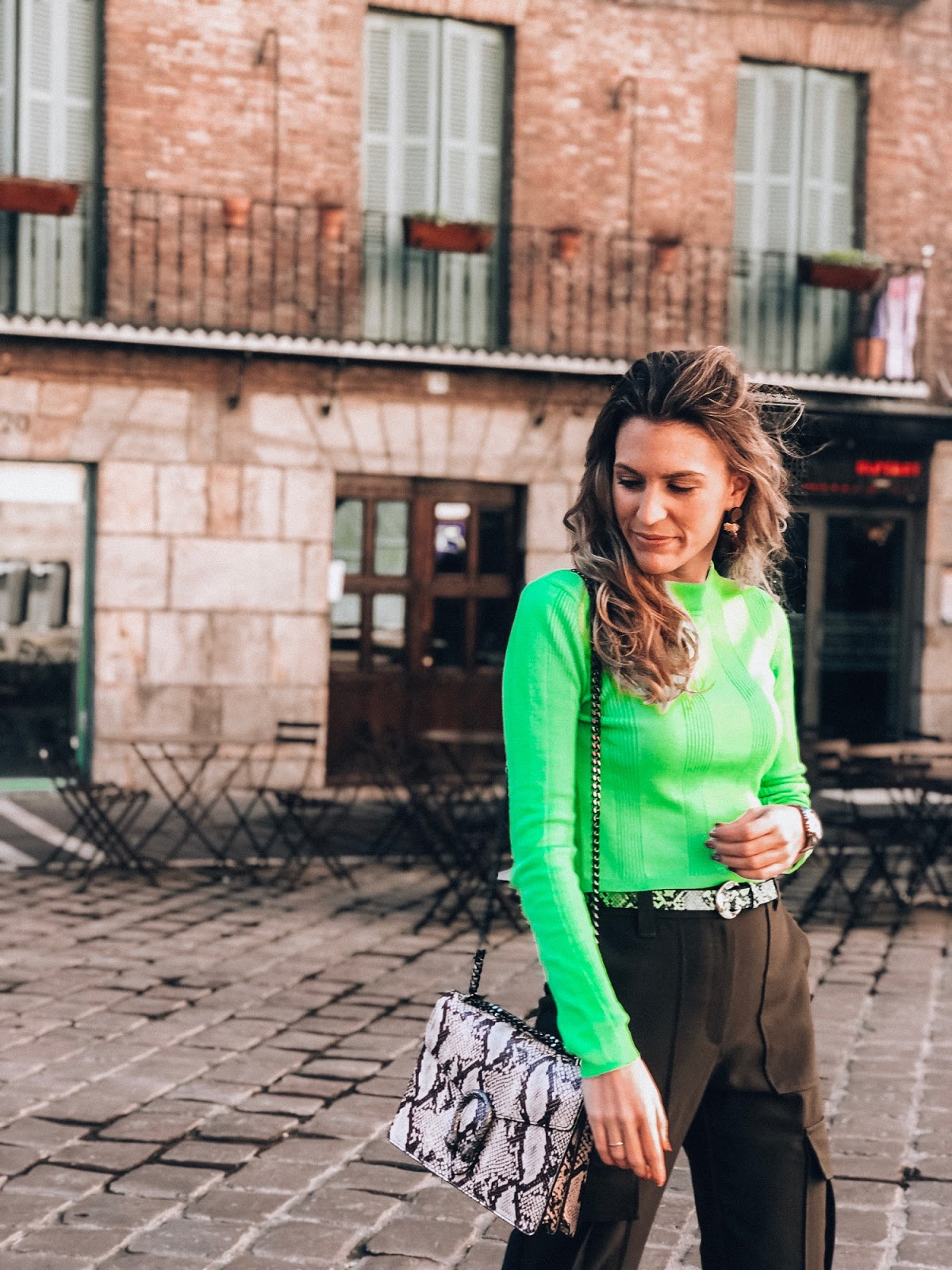 como llevar camiseta verde neón