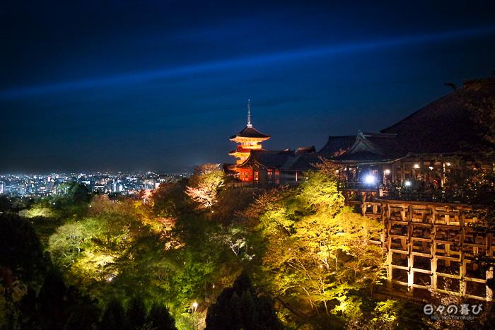 vue nocturne sur la pagode et la terrasse, kiyomizu-dera, kyoto