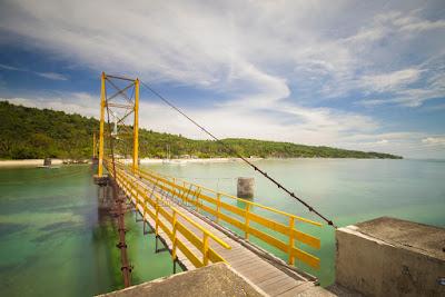 Jembatan Kuning Yellow Bridge Jembatan Cinta penghubung pulau Nusa Lembongan dengan pulau Ceningan Bali Indonesia Wisataarea.com