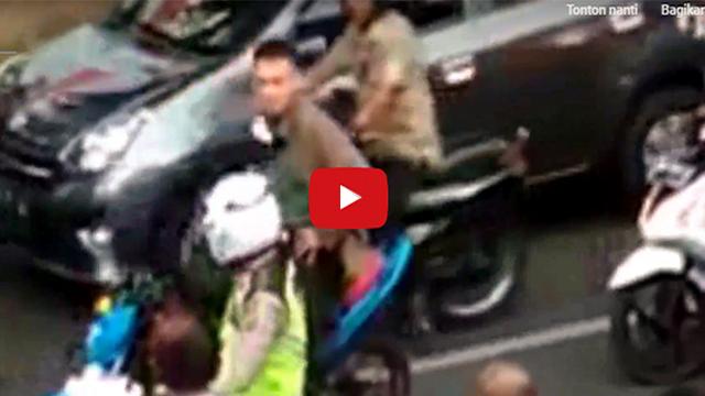 [VIDEO] Heboh, TNI Ini Pukul Kepala Polisi Lalu Lintas Dan Tendang Motornya Di Jalanan