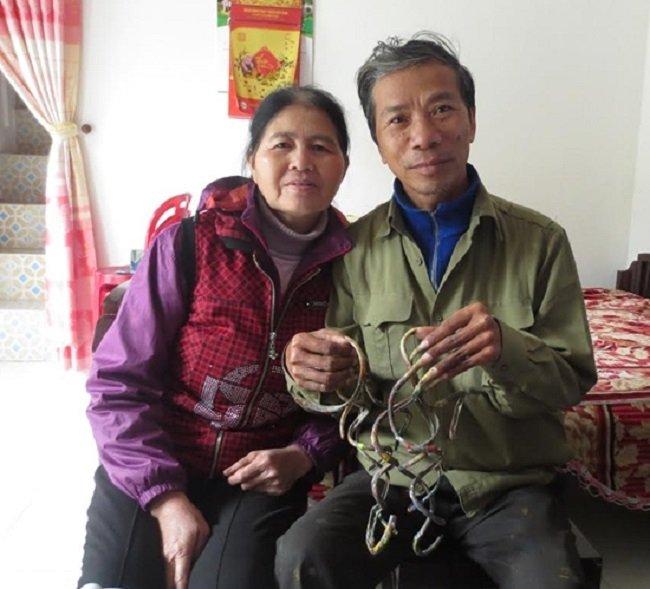 Người đàn ông kỳ lạ ở Nam Định 35 năm không cắt móng tay, vợ phải đút cho ăn