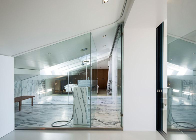 Appartamento a Lisbona con pareti traslucide e bagno turco by Camarim Arquitectos  ARC ART blog ...