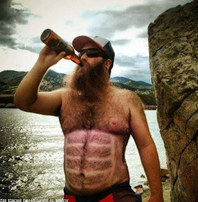 Mann mit Vollbart Brustbehaarung trinkt Bier lustig - Six Pack