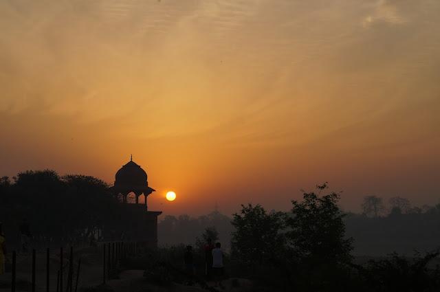 Menunggu matahari terbit, Mehtab Bagh, Agra, India