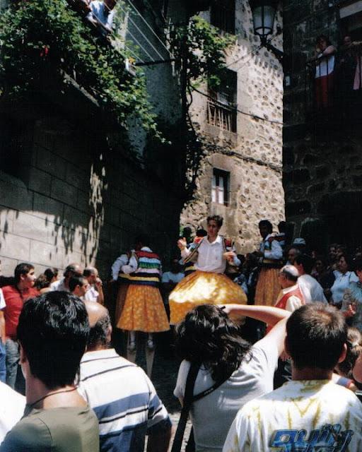 Danzadores de Anguiano bajando la cuesta