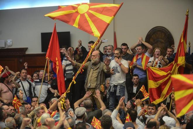 اصابة أكثر من 100 متظاهر في مقدونيا بعد اندلاع مشكلة البرلمان