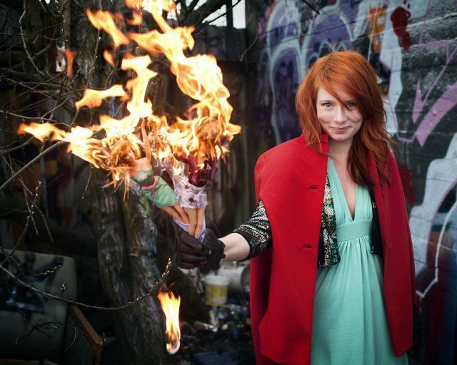 Annika Aakjær brænder Barbie-dukker