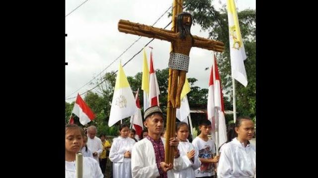 Pemuda Muslim Ikut Arak Salib IYD di Tomohon