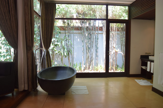 Heritage Suites Hotel Siem Reap bathtub