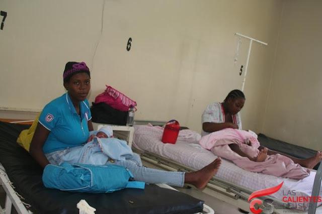 Joven haitiana da a luz en la vía pública en Baní