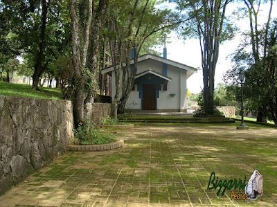 Muro de pedra com pedras rústicas com o piso de tijolo com a execução da igreja em sítio em Bragança Paulista-SP.