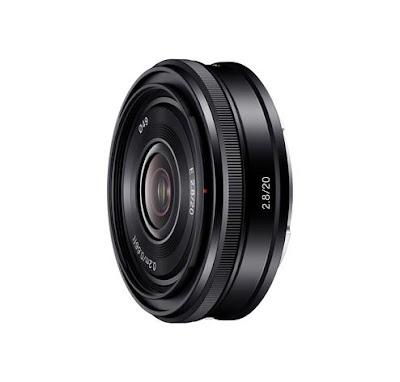 Fotografia di tre quarti del Sony pancake E 20 mm F:2.8